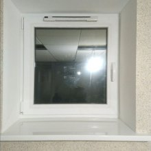 """Монтаж окна ПВХ, с приточный клапаном. Алюминиевая перегородка, снизу матовое стекло, сверху матовые полосы. СТО """"Престиж"""""""