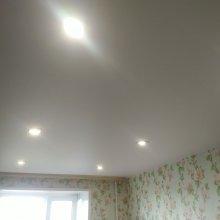 Потолок натяжной со встроенными светильниками
