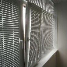Монтаж жалюзи горизонтальные белые. Оптимальный вариант на балкон или лоджию
